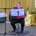 Eric chante ses compositions