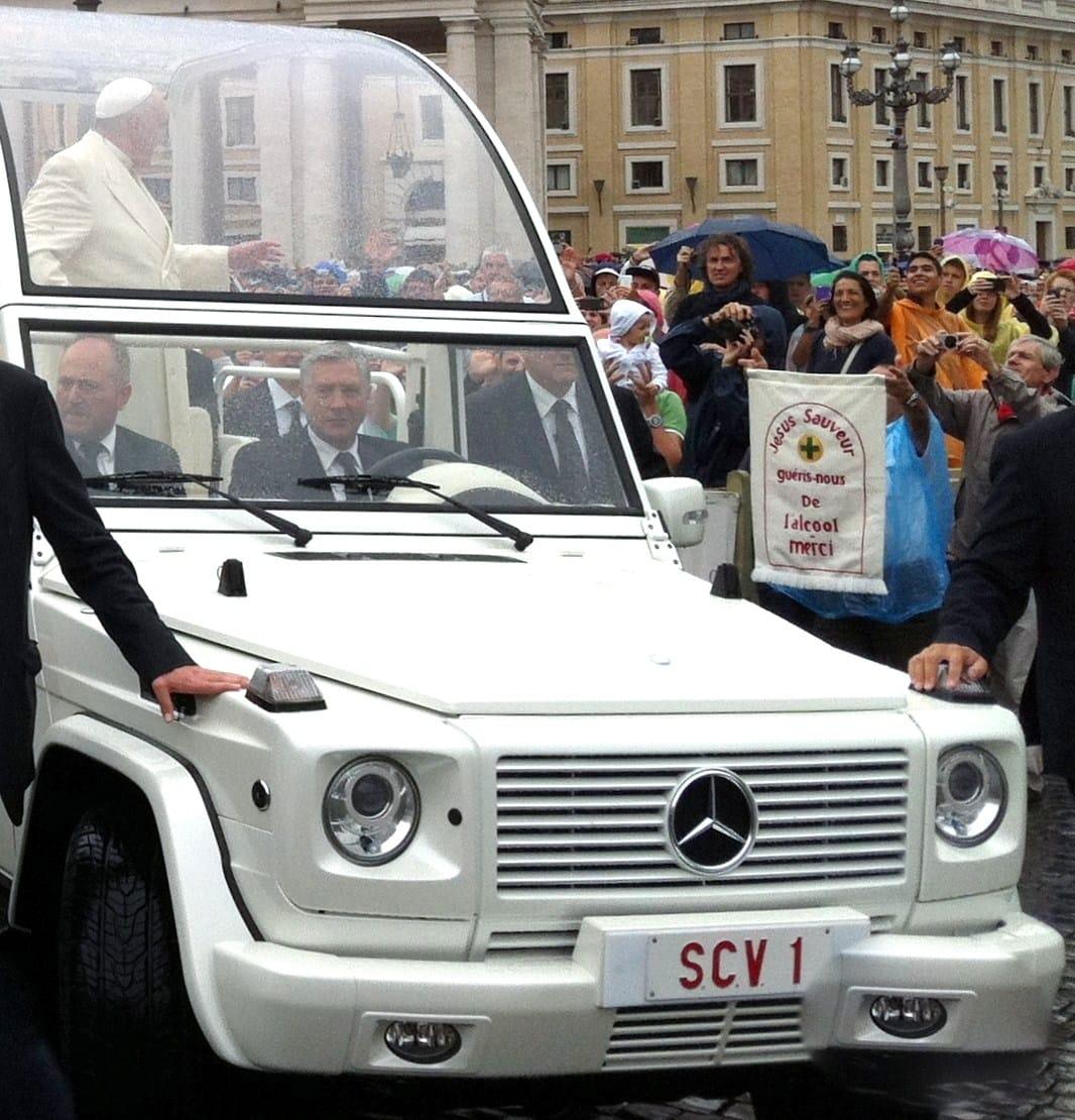 le Pape François a vu notre bannière de près portée par Luigi...